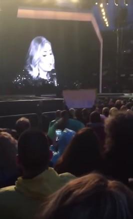 歌手愛黛兒竟然在演唱會上霸氣罵粉絲「不要錄她」,她的理由會讓你想要直接跟她結婚!