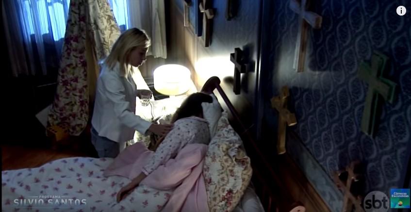 保母在照顧小女生時燈光閃了一下,看到女孩的臉時才發現要逃命已經太遲了...