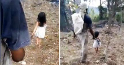 這名5歲小女孩天天都「牽著爸爸去工作」還以為他們感情好,但當爸爸一轉過身來大家都忍不住鼻酸了...