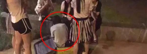 他們發現行李發出聲音就趕緊打開來...裡面是活的裸女!當旁邊男子跳河後才發現事態嚴重了!