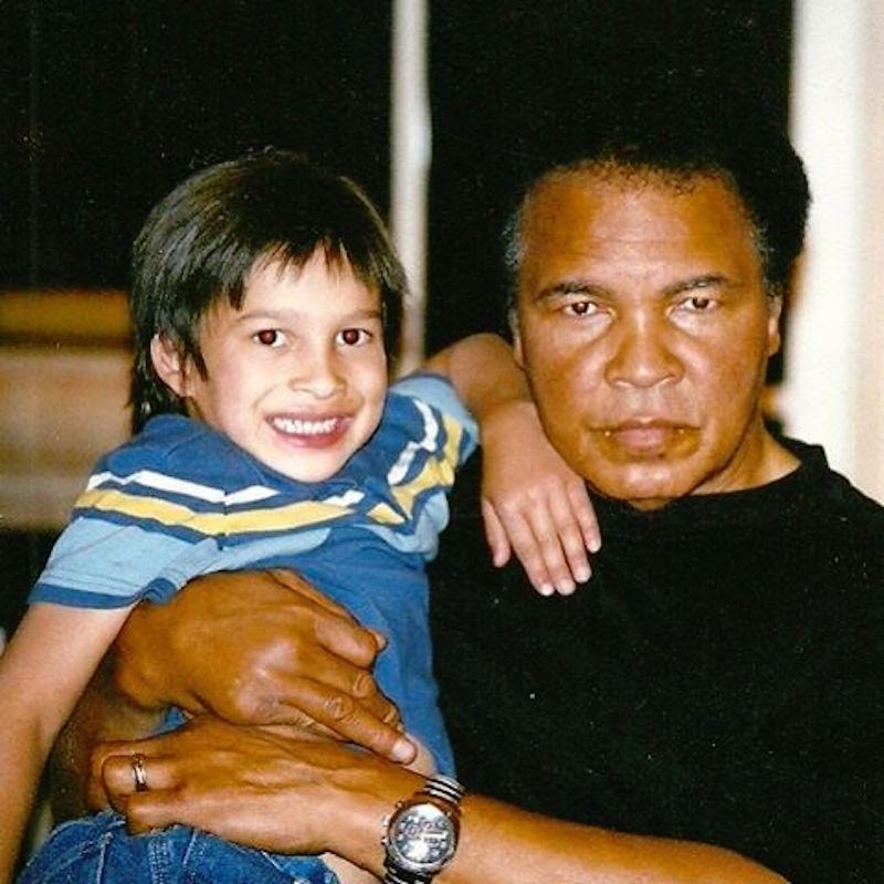 拳王阿里的孫子已經長大,他現在「把一世代都打敗的帥氣模樣」已經讓模特兒公司都搶著簽他了!