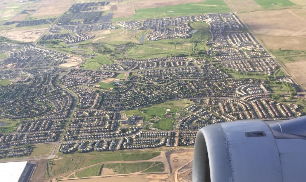 網友說坐飛機的時候往下看就看到了讓他噴笑的圖案,你找到後就會得意的笑出來!