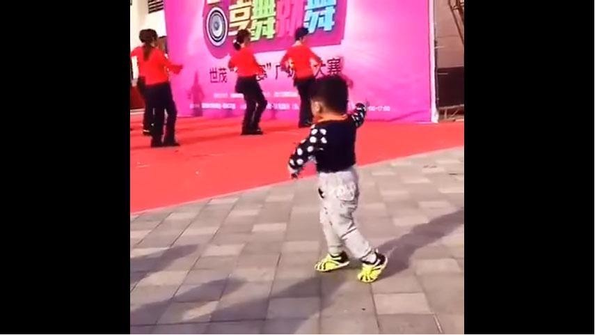 正舉辦舞蹈大賽時「一名小屁孩突然衝上台搗亂」,原本觀眾想開罵沒想到才看幾秒後就全部笑炸了!