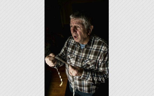 這名俄羅斯男比拼GG大小輸掉被友人嘲笑,一氣之下拿起斧頭就用力砍下去!