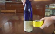 他先是用膠帶這樣把瓶子給環繞貼起來,接下來的超棒成品就是你每天都需要的完美物品!