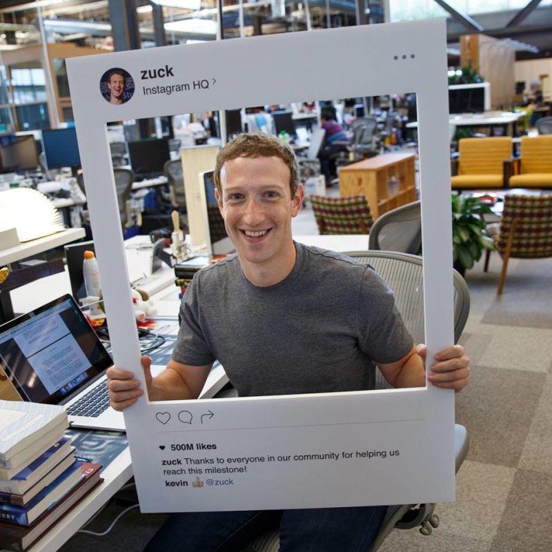 眼尖的網友從這張照片中發現,臉書執行長馬克扎克伯格的電腦上竟然會有這種東西?!