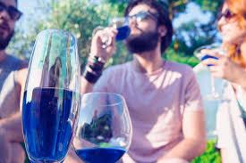 西班牙終於研究出「夢幻『藍』紅酒」,看到當中的製作方式會讓喜歡紅酒白酒的人也超愛!
