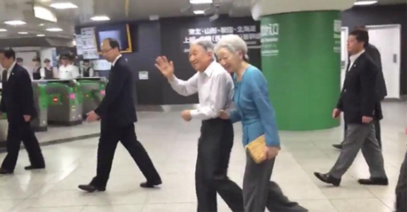 日本網友拍到天皇與夫人搭地鐵的影片,當天皇走過後一看後面...那保鏢規模讓路人嚇到趕快退兩步!