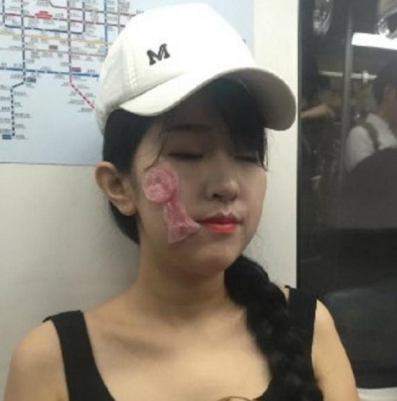 這群女生在北京地鐵公然拿保險套敷臉,還生氣表示「你們思想太下流了,這才不是你想的那樣」!