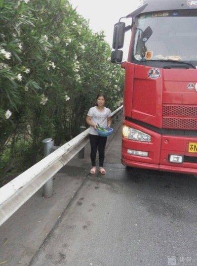 夫妻倆在高速公路上「忍不住」當場停在路肩「炒飯」,連警察都傻眼了!