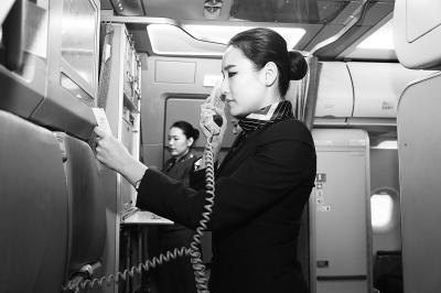 29年的資深空姐在飛機上「脫了」就被公司解雇月薪9萬工作飛了,氣得她告上法院卻敗訴!