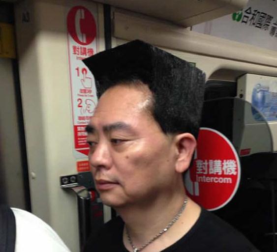 網友在捷運捕獲「髮型梳成90度完美直角」的超猛大叔,當他一轉頭來才發現他真實的身分...