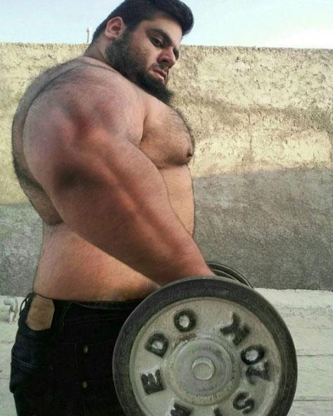 這位超狂野的肌肉猛男上半身就已經爆壯了,但視線一往下...才發現浩克根本就是在抄襲他!