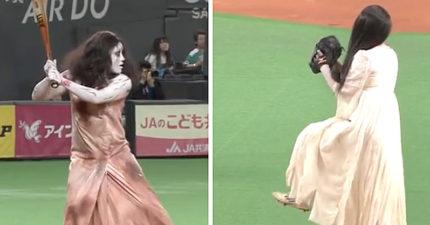 球賽才開始貞子就爬出來成為投手!伽椰子打擊時《咒怨》小孩的姿勢已經恐怖到讓我噴笑了!