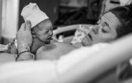 這個小女嬰才剛出生不到幾小時,但接下來她慢慢開始爬向母親做的事情讓醫院人員都說不出話來了...