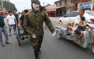 這名日本軍人幫人拉車還一直笑瞇瞇的,但當他「鞋子一拖下來」旁邊的人都全嚇壞了!