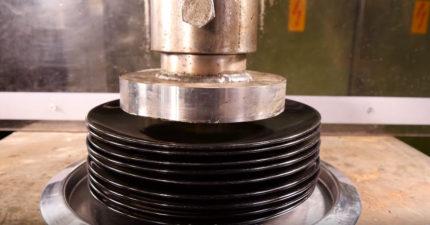 當液壓機開始壓碎一整疊盤子時,本以為會爆掉但32秒的「超意外的紓壓畫面」會徹底解放你!