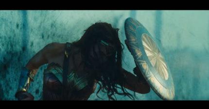 《神力女超人》的3分鐘超屌預告篇剛剛推出!才前5秒就透露了她是史上最老處女...