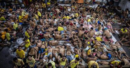 這間菲律賓監獄「只能容納800人但強迫性塞滿3800名囚犯」。裡面「惡劣到很多人中風」景象完全是人間煉獄...