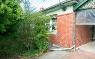 這棟在澳洲出售的房子外觀看似不錯但「價格異常便宜」,走進一看...「詭異程度破表」我還以為被人下蠱了!