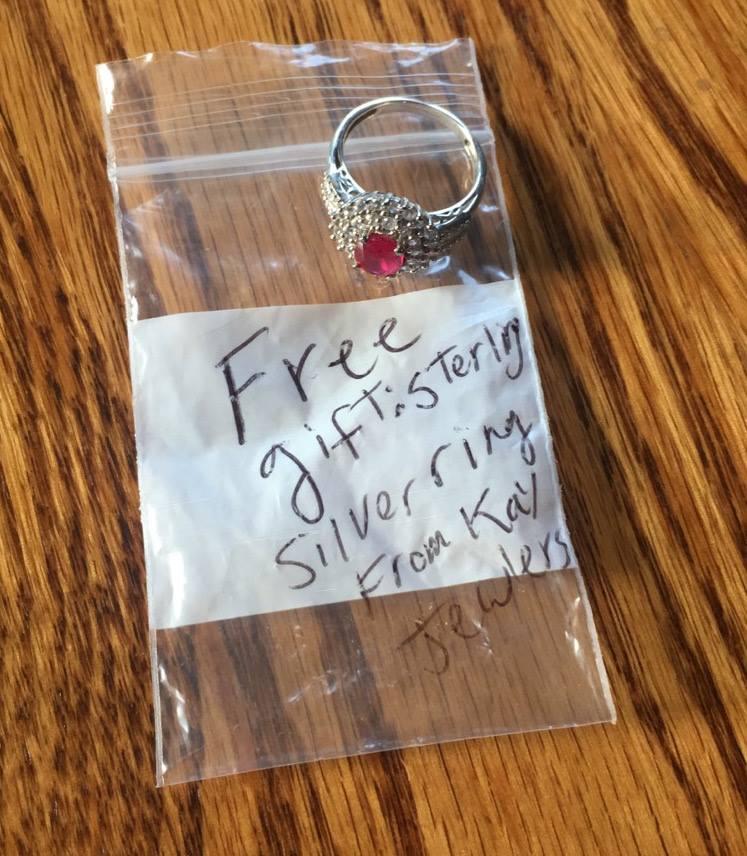 她在車上找到這枚「看起來超高價戒指」結果差點被綁架,超容易上當手段讓破萬網友都著急分享警告了!
