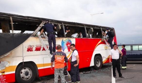 為什麼火燒遊覽車遼寧團26人沒人能逃出來?網友用一句話就突破盲點了!