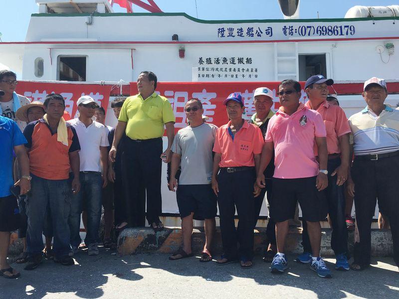 屏東漁民「將漁船插滿國旗」自發登太平島活動,將帶回淡水證明「太平島不是礁」!