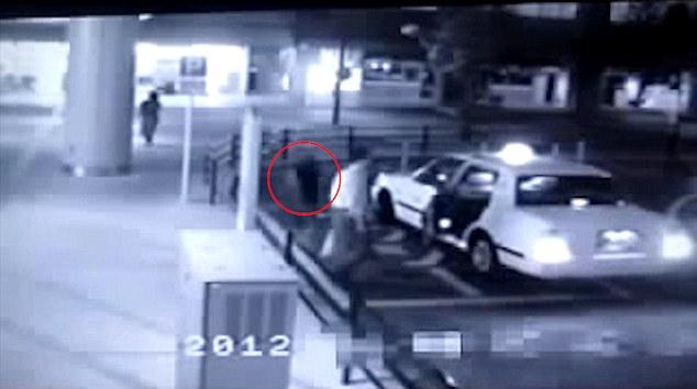日本大地震後很多司機都堅稱有載過幽靈,當看完這支監視器畫面後我已經完全相信了...