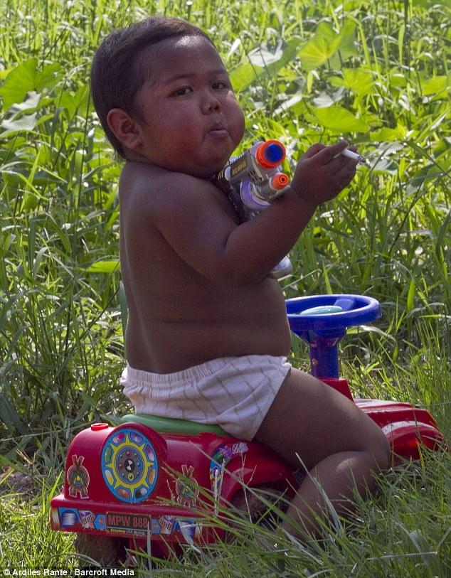 震驚世界「一天抽40根煙」2歲小胖孩,6年後他變成這個模樣!