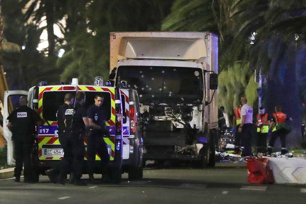 焦點新聞:法國尼斯煙火節時遭恐攻「至少80人死亡」,當時現場民眾拍到的影像真的太可怕了...