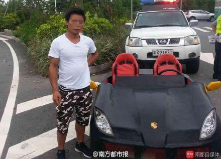 他把機車改裝成保時捷超跑,警察把他攔下來一看裡面就驚到想拜師了!