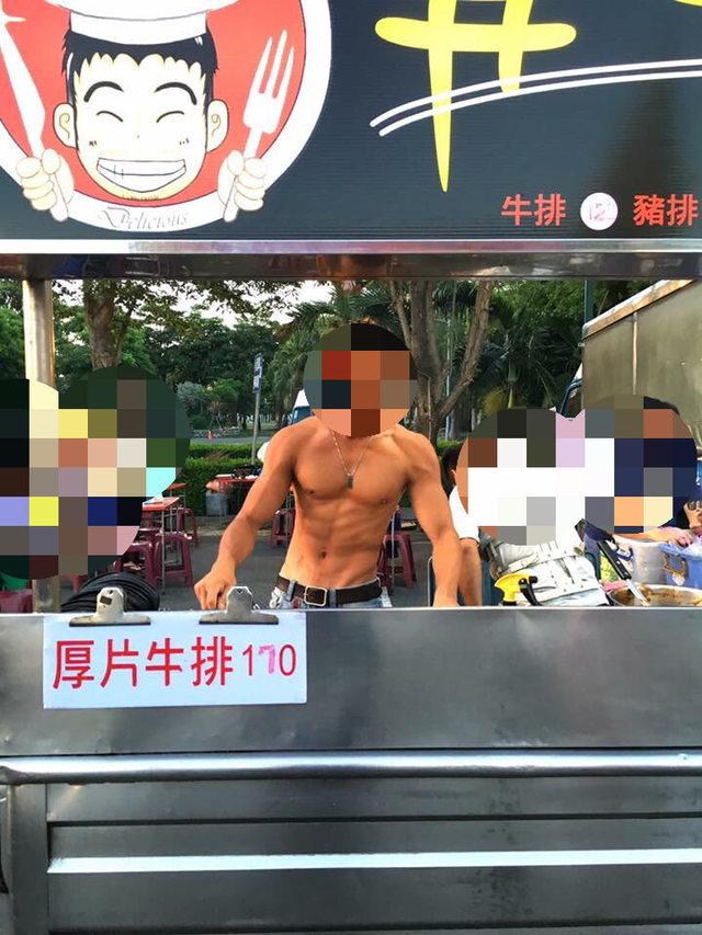 他在夜市發現一攤前圍了超多女性顧客,走近看到身材和臉才發現「原來這裡最美味的絕對不是牛排」!