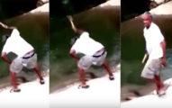 這名男子被拍到在湖邊「拿著榔頭猛敲石頭」大力洩怒,結果民眾看到「石頭開始流血」才驚覺事情的嚴重性...