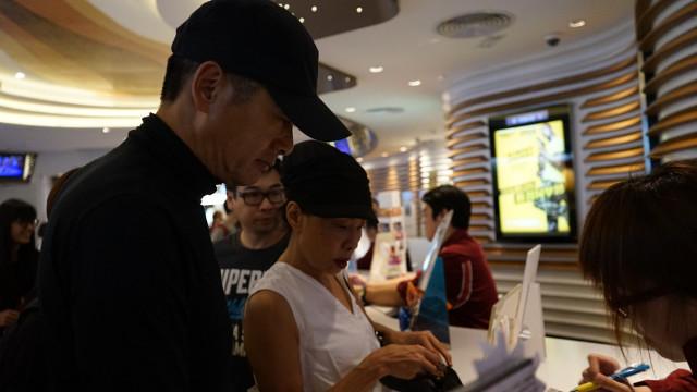周潤發帶老婆排隊買票看自己的新電影《寒戰2》,被發現時的淡定舉動一定會讓你更愛發哥!