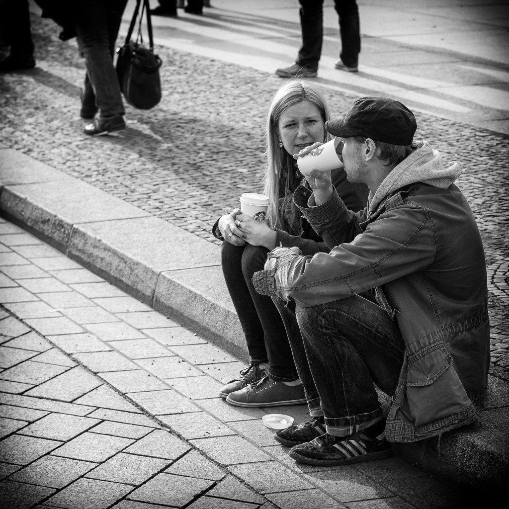 23個男生看不出的「女生對你有意思的跡象」 如果她坐下時「鞋子脫一半」就快點告白吧!