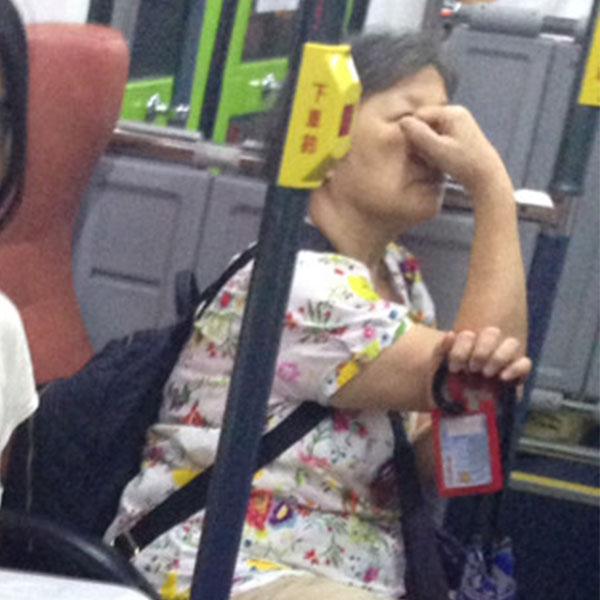 他搭公車遇到來自國外的「最美雙胞胎」還大方給拍照 網友肉搜超多生活照「淡妝勝過一堆人」!