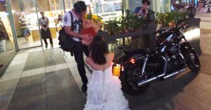 「會把你的名字寫房產上!」女子騎哈雷機車向男友單膝下跪求婚,她一轉過頭「最賺的絕對不是房產」!