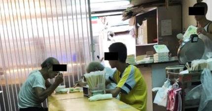 拾荒祖孫共吃一份餐卻因動作慢被老闆要求「吃完快滾」,但孫子卻選擇「對著阿嬤笑笑」溫柔反擊!