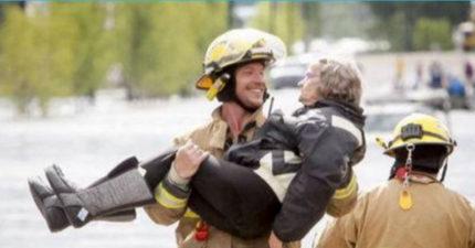 鮮肉消防員從火場救了一位師奶,當場她說「自從我的新婚之夜後...」讓消防員笑到差點放手!