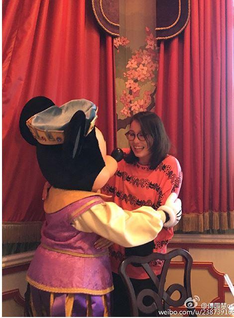「洪荒少女」傅園慧直播瘋玩迪士尼!化妝後打破傻大姐形象網友震驚:「太美了!」