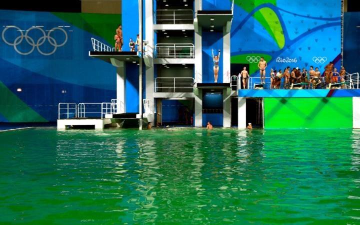 奧運主辦單位之前還說水變綠色沒問題但「今天卻緊急關閉泳池」!而且水中還飄出濃郁的「屁味」...