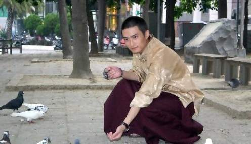 這個曾經出過唱片長相酷似明星的「西藏最帥活佛」,最近竟然有身分內幕...真是嚇死寶寶了!