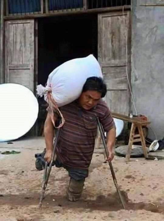 這名4個孩子的爸爸,即使「沒有了腳」還是每天勤勞工作,就為了要讓孩子有飯可以吃...