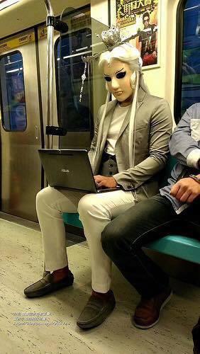 網友搭捷運時一轉頭驚見現實化的「霹靂人物」就坐在一旁,最後看到影片才知道原來這是...