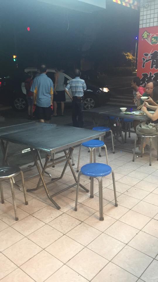 小吃店老闆娘遇到身障者竟然一口一口細心餵他吃飯,讓網友們看到「台灣最美風景!」