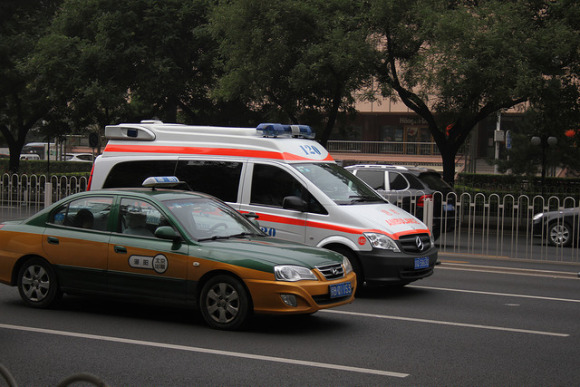 命危老翁搭救護車前往醫院路上不幸過世了,醫護人員竟然直接「將遺體丟在路邊」然後開走...