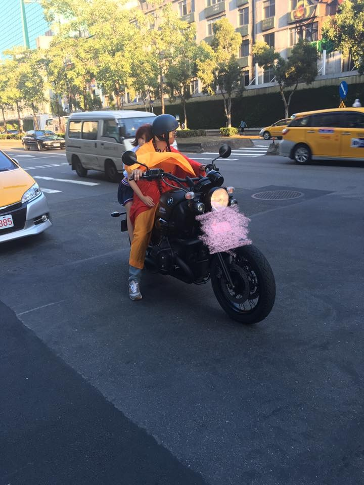 重機騎士載著「校服正妹」到處放閃,但網友仔細看照片後說「七月別嚇我啊!」