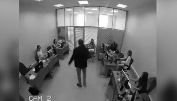 男子在發現自己中了大獎後,竟然在公司裡大暴走還跳到老闆桌上直接尿在老闆身上!
