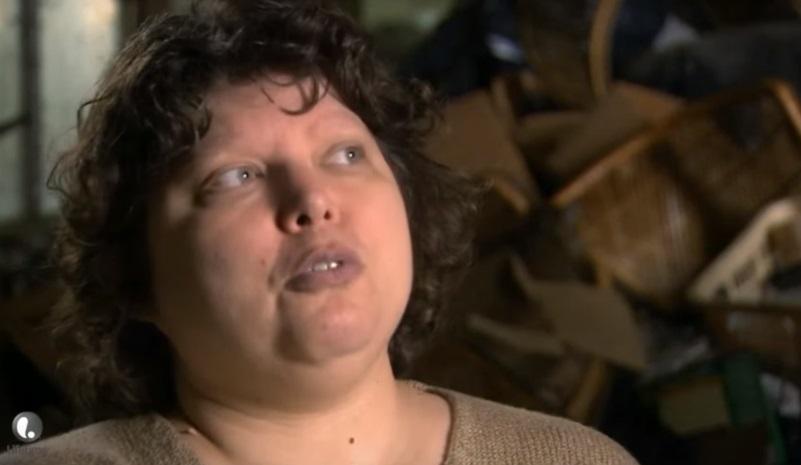 這位患有「嗜糞症」的女子無法克制吃大便的衝動,看到她家壯觀的「屎尿山」我由衷佩服採訪記者...*慎入*
