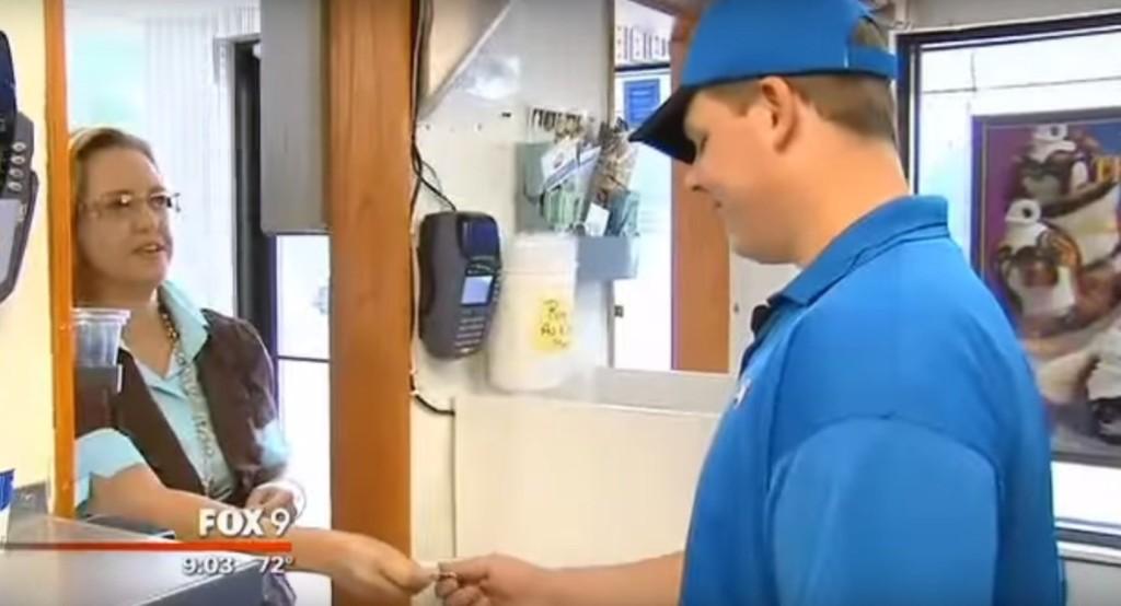冰淇淋男孩看到他的視障客人錢被偷了,下一秒所做出的「超暖心舉動」已經紅片全美讓所有人都向他致敬了!